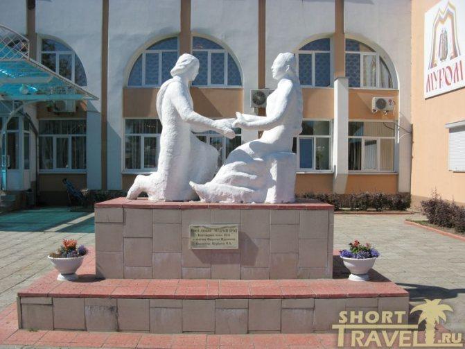 Первый памятник Петру и Февронии