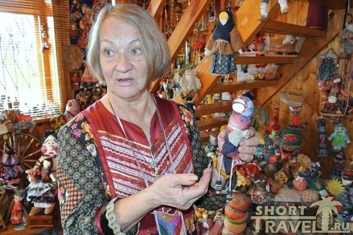 В руках у мастерицы кукла-«убоженька»