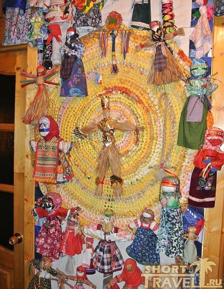 Календарь берегинь. В центре – символ солнца, а по краям куклы-месяцы