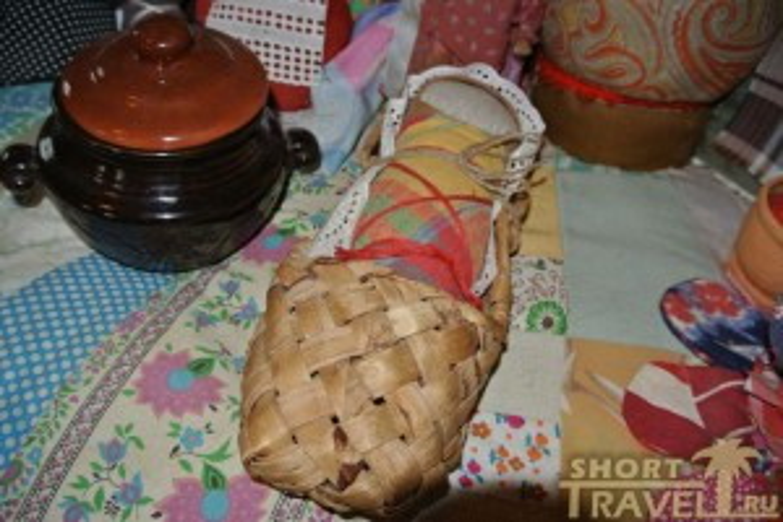 Куклу младенца в лапте за две недели до родов мама укладывала в люльку