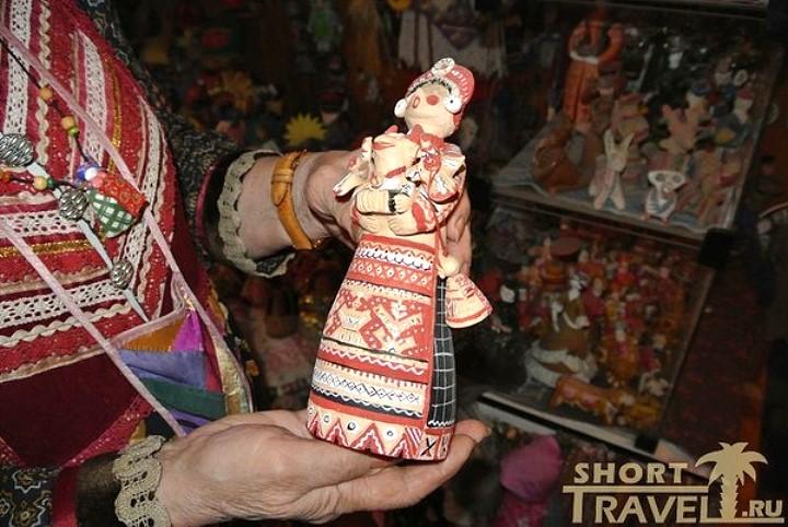 Авторская кукла – подарок от приятельницы. Роспись повторяет узор калужской вышивки